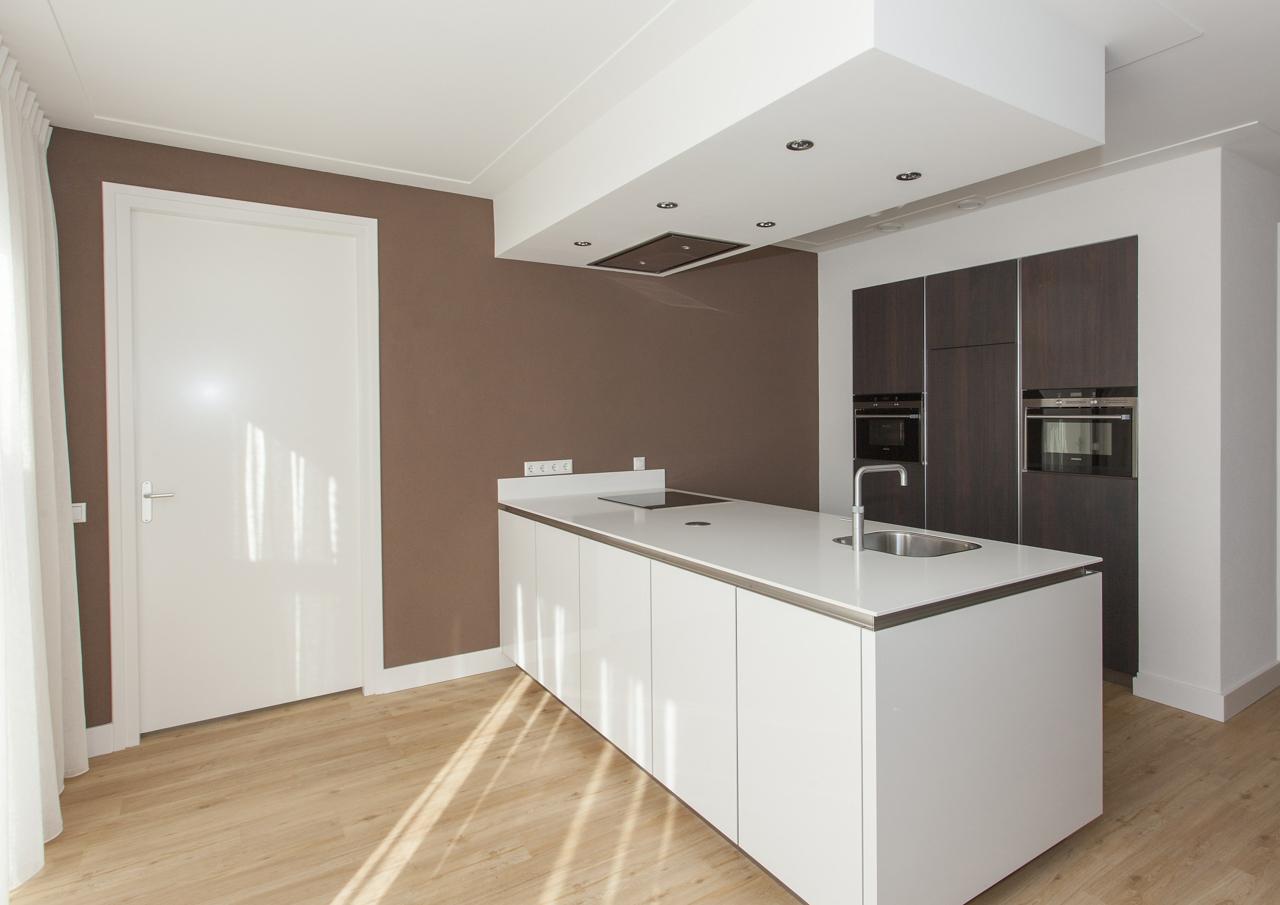 Moderne Hoogglans Keuken : Hoogglans en notenhout thijs keukens